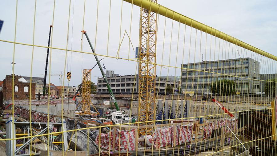 Billede af hegn, opmagasinerede byggematerialer med mere